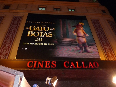 El Gato Con Boas advertisement showing on screen above the theatre