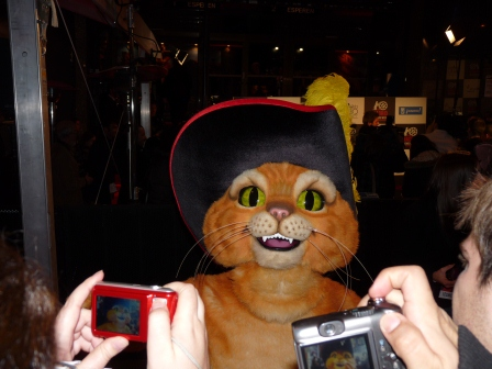 Mascot of El Gato Con Botas on the red carpet having his picture taken