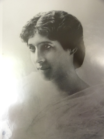 An old photograph of Lily Langtry, head and shoulders